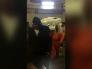 Entran con un ataúd en el metro de México