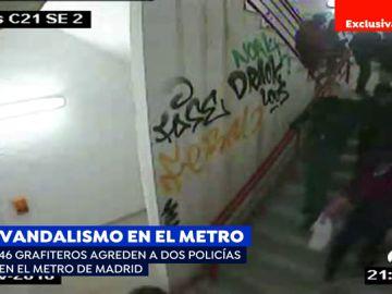 Un grupo de 46 grafiteros agrede en el metro a dos policías.