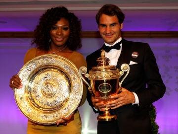 Serena Williams y Roger Federer, en 2012 con sus trofeos de campeones de Wimbledon