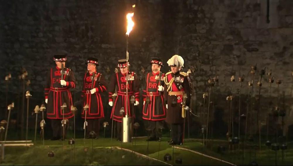 Miles de antorchas se iluminan en la Torre de Londres para conmemorar un siglo del final de la Primera Guerra Mundial