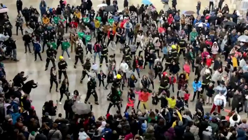 Los bomberos de Burgos hacen un 'flashmob' para recaudar fondos para la ELA