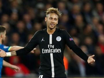 Neymar, en acción ante el Nápoles