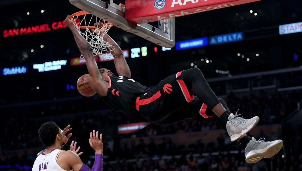 Serge Ibaka 'machaca' el aro de los Lakers