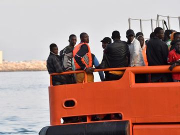 Salvamento Marítimo traslada al puerto de Almería a un grupo de inmigrantes rescatados de una patera en el Mar de Alborán