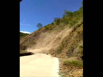 Una pasajera de un autobús se queda atrapada por el desprendimiento de una ladera en Filipinas