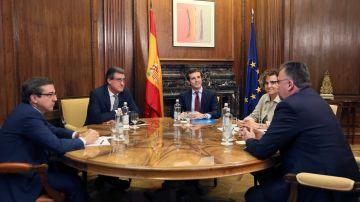 """PP y Cs apelan tras su reunión """"constitucionalista"""" al """"rescate"""" del PSOE"""