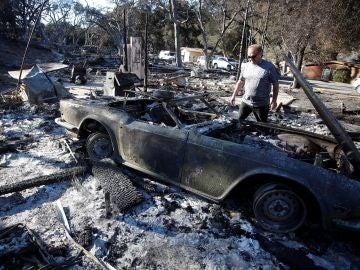 Un coche calcinado por el fuego