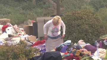 Las víctimas de los incendios de California acampan en un aparcamiento tras perder sus casas