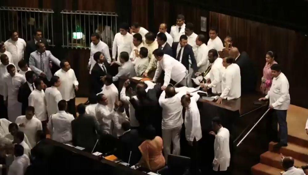Estalla la tensión en el Parlamento de Sri Lanka con una pelea entre diputados
