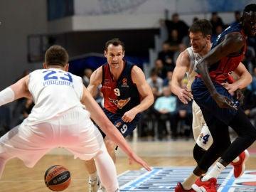 Huertas conduce el balón en el partido del Baskonia