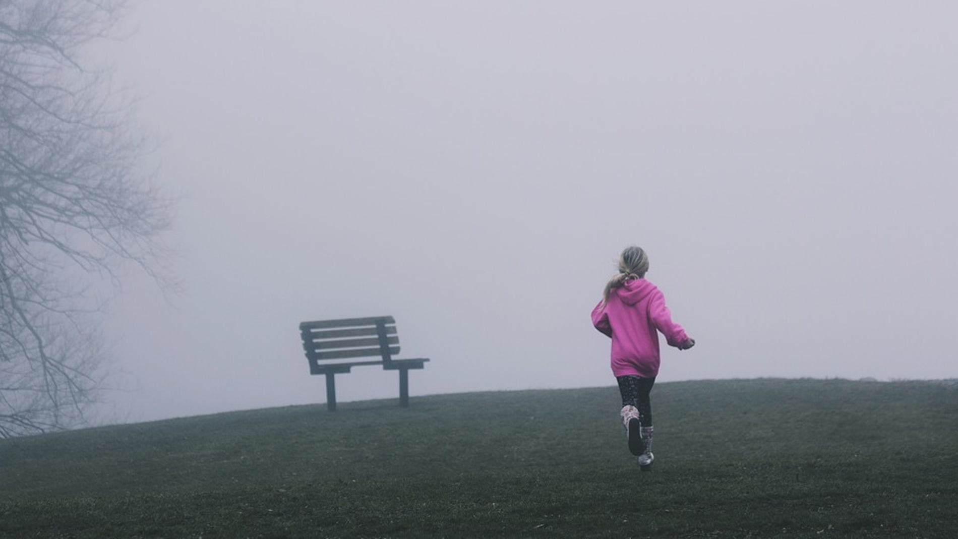 Niña corriendo sola en un parque