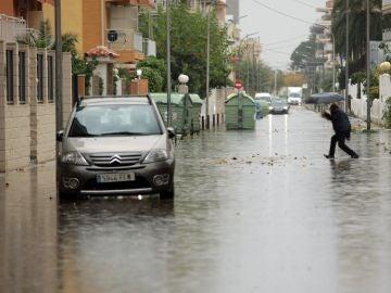 Imagen de una de las calles inundadas de la playa de Gandia