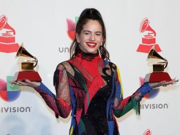 La cantante Rosalía con sus dos Grammy Latinos