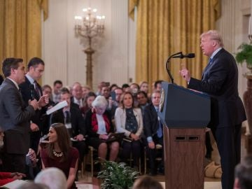 El presidente estadounidense, Donald Trump, increpa a Jim Acosta