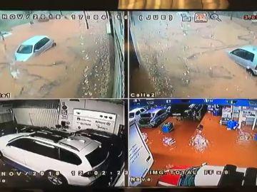 Una cámara recoge cómo se inunda el interior y el exterior de un taller mecánico en Rubí (Barcelona)
