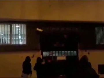 Arran lanza pintura contra la comisaría de la Policía Nacional en Terrasa