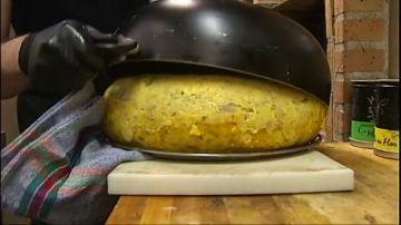 Arturo Martínez, el hostelero gallego que bate récords con su tortilla de noventa huevos