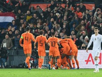Los jugadores holandeses celebran el gol a Francia