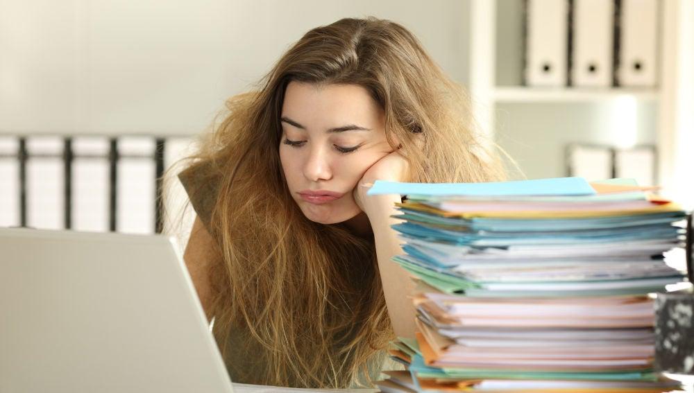 Mujer cansada mientras trabaja