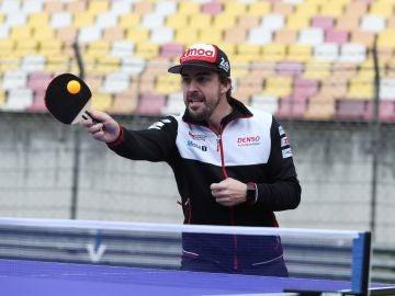 Fernando Alonso se relaja jugando al ping-pong