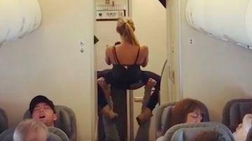 La pareja realizando posturas de yoga