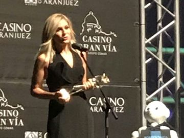 Sandra Golpe, con la Antena de Oro