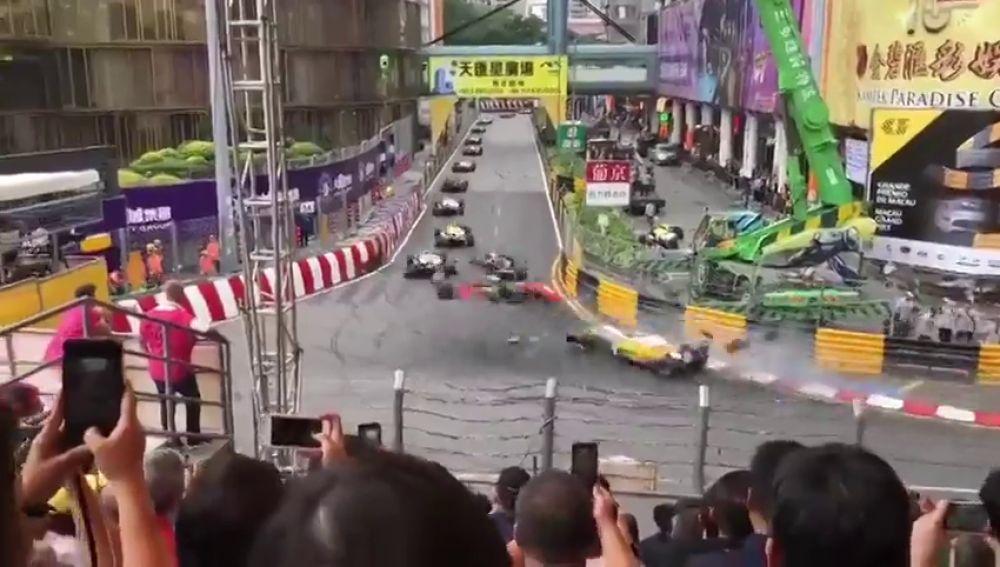 La piloto Sophia Floersch, con vida tras sufrir un sobrecogedor accidente en el GP de Macao
