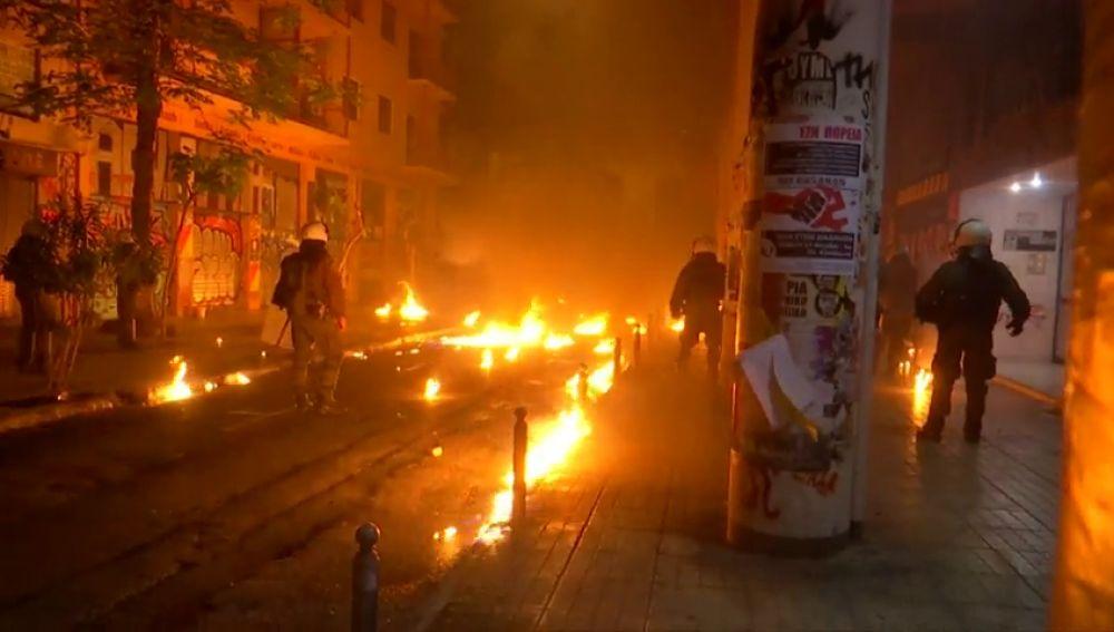 Una batalla campal en Atenas en conmemoración levantamiento universitario de 1973 se salda con 19 detenidos