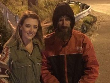 La joven junto al indigente