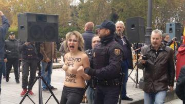 Activistas de Femen irrumpen en un acto de Falange