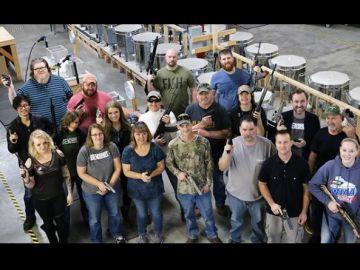 Imagen de los empleados con las armas