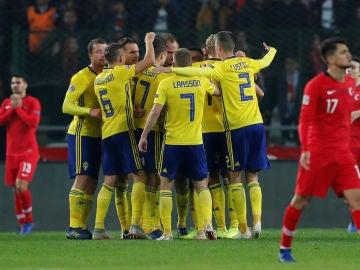 Los jugadores de Suecia celebran el gol de la victoria ante Turquía
