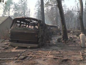 California sigue luchando contra el fuego mientras espera que lleguen las primeras lluvias desde hace meses