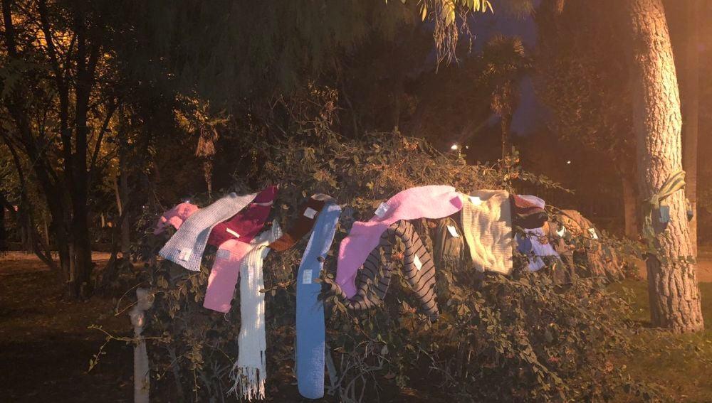Bufandas colgadas en un árbol
