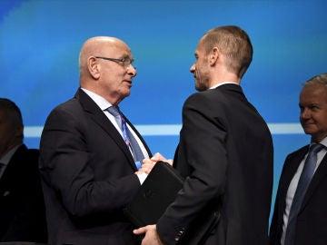 Michael Van Praag saluda a Ceferin durante una convención de la UEFA