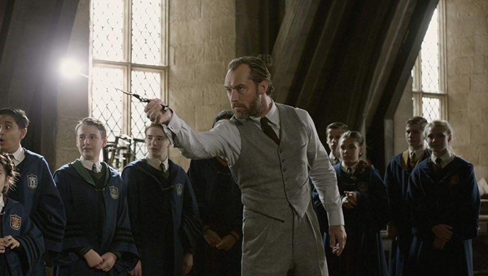 Jude Law como Dumbledore impartiendo clase en Hogwarts