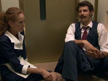 Carlos y Natalia se quedan encerrados en el ascensor