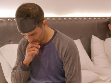 Manuel reza antes de acostarse con Óscar