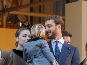 Pierre Casiraghi y Beatrice Borromeo junto a su hijo