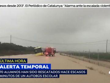 ALERTA TEMPORAL: Rescatado un autobús escolar con 70 niños que estaba atrapado por las fuertes lluvias en Cartagena