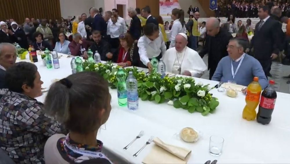 El papa Francisco almuerza junto con 1.500 indigentes en Roma