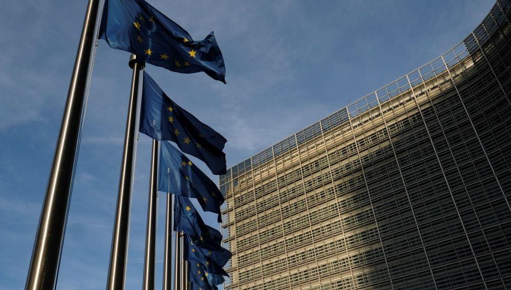 Banderas europeas ondean frente a la sede de la Comisión Europea en Bruselas (Bélgica)