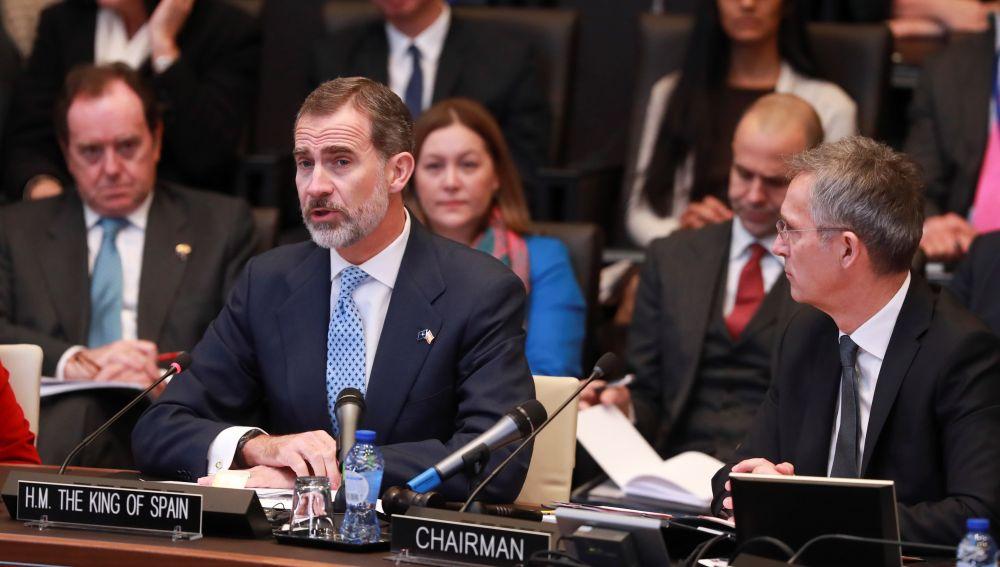 El rey Felipe VI de España, en presencia del secretario general de la OTAN, Jens Stoltenber