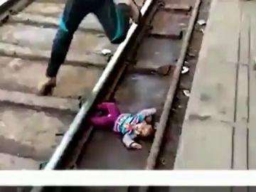 Un bebé cae a la vías del tren y consigue sobrevivir en la India