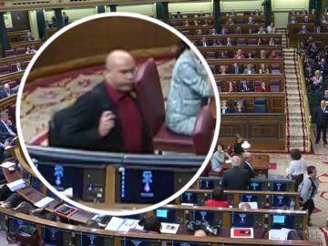 El momento en el que un diputado de ERC supuestamente escupe a Borrell