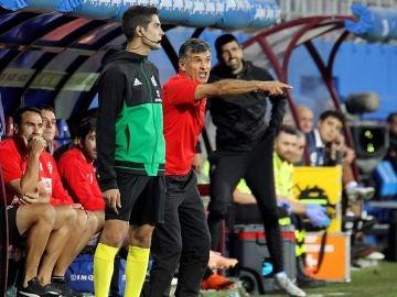 Mendilibar da indicaciones durante un partido