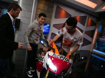 VÍDEO: Una persona del público de 'El Hormiguero 3.0' se lleva una moto gracias a la carrera de Marc Márquez contra Pablo Motos
