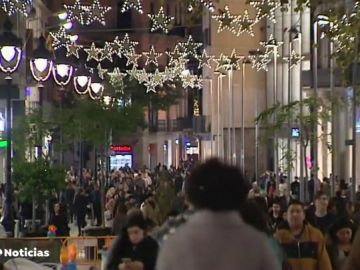 Más de 100 kilómetros de bombillas iluminan ya las calles de Barcelona en su alumbrado de Navidad
