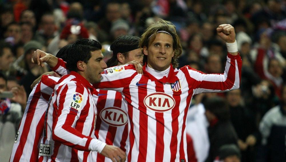 Diego Forlán celebra un gol