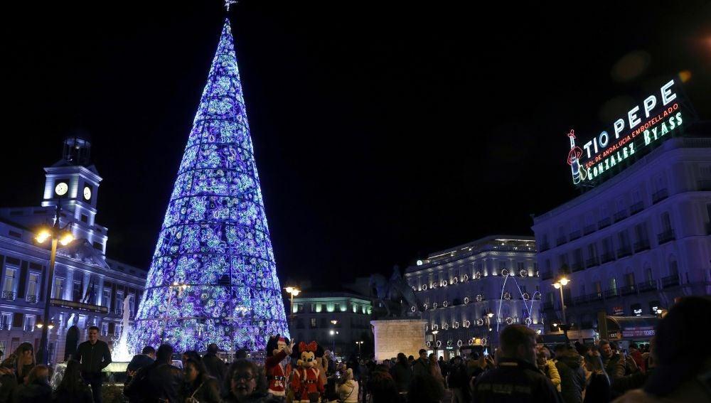 Vista de la Puerta del Sol de Madrid, durante el tradicional encendido de luces de Navidad